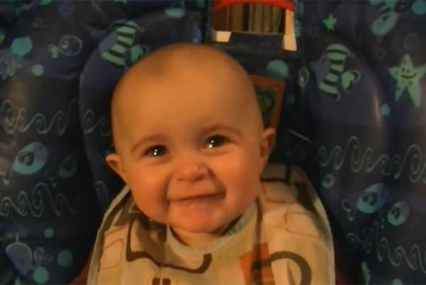 diaforetiko.gr : mwro 10 minwn sygkineitai 600x402 Μωρό 10 μηνών συγκινείται και βουρκώνει με το τραγούδι της μαμάς του! (βίντεο)