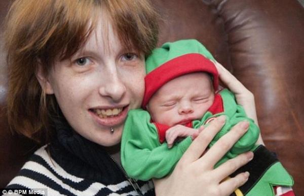 diaforetiko.gr : moroxtipima ΣΟΚΑΡΙΣΤΙΚΟ!!! Έγκυος χτυπάει με σφυρί την κοιλιά της λίγο πριν γεννήσει! (βίντεο)