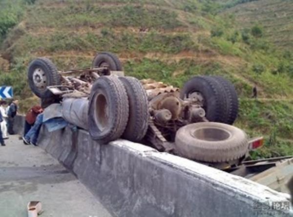 diaforetiko.gr : troxaio ΑΝ ΣΕ ΘΕΛΕΙ! Απίστευτο τροχαίο ατύχημα... Όχι, δεν είναι διαφήμιση για τα κρατήματα ελαστικών!