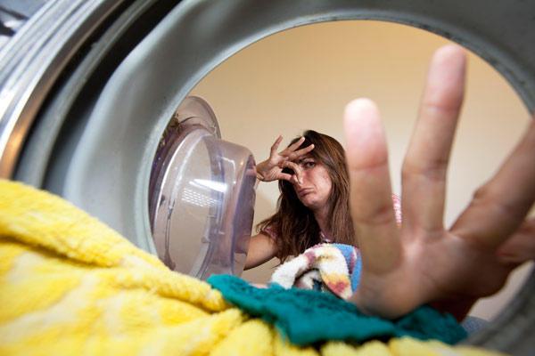 diaforetiko.gr : wenn die waschmaschine stinkt hilft oft der kochwaschgang  Γιατί μυρίζει άσχημα το πλυντήριο ρούχων; Πως να το καθαρίσετε !