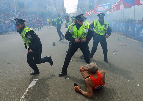 diaforetiko.gr : boston marathon explosion runner 130415 600x423 Οι φωτογραφίες που συγκλόνισαν τον κόσμο το 2013