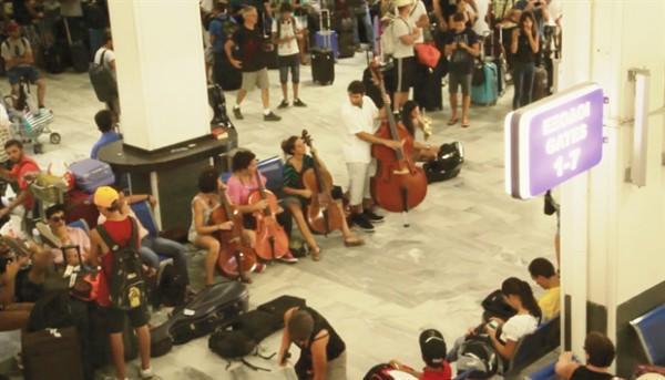 diaforetiko.gr : CACHE 620X620 1 1106757 600x343 ΗΡΑΚΛΕΙΟ:  Το... ιδιαίτερο αντίο στην Ελλάδα από Ισπανούς τουρίστες! (βίντεο)
