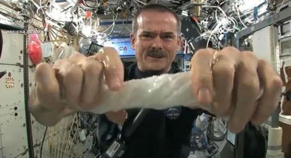 diaforetiko.gr : Hadfield facecloth 600x326 Δείτε τι θα γίνει όταν στύψεις μια βρεγμένη πετσέτα στο διάστημα! (βίντεο)