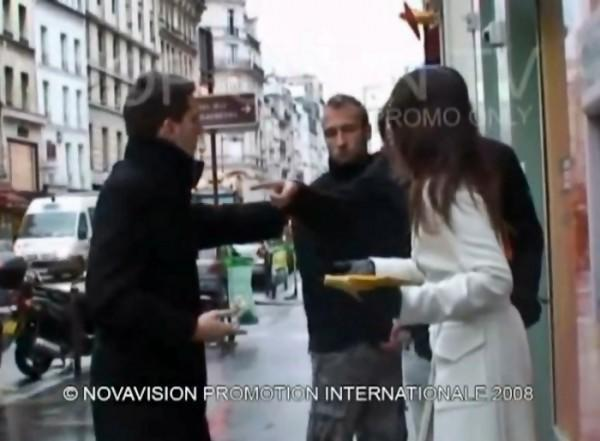 diaforetiko.gr : diaforetiko.gr prank2 600x441 Της πιάνει τον κ@λο στο ΑΤΜ και κάνει τον άσχετο.. ΚΑΙ ΔΕΙΤΕ ΤΙ ΕΠΑΘΕ! (βίντεο)