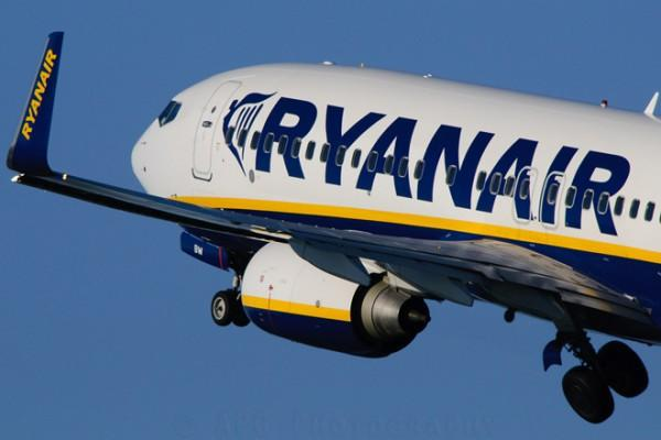 diaforetiko.gr : ryanair anuncios exterior aviao 600x400 Λίστα με τους 17 προορισμούς από Αθήνα και Θεσσαλονίκη προς τους οποίους θα πετά η Ryanair