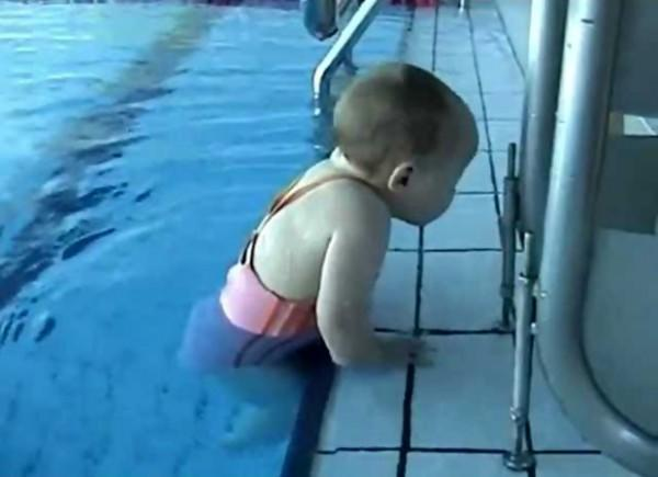 diaforetiko.gr : sddefault5 600x435 ΑΠΙΣΤΕΥΤΟ:  Είναι μόλις 9 μηνών και κολυμπάει σαν δελφίνι! (βίντεο)