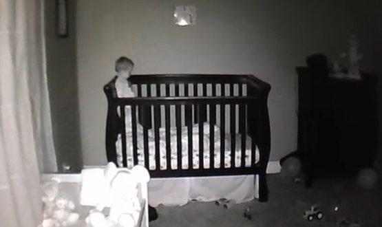 Τι κάνει ένα μωρό όταν σβήνουν τα φώτα;