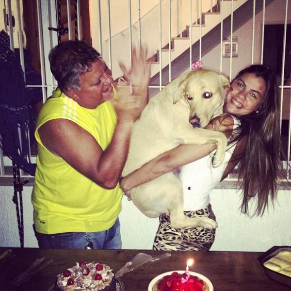 diaforetiko.gr : cute dogs hugging humans 1 600x600 26 αξιολάτρευτα σκυλιά στην αγκαλιά του αφεντικού τους! Τρυφερές στιγμές…