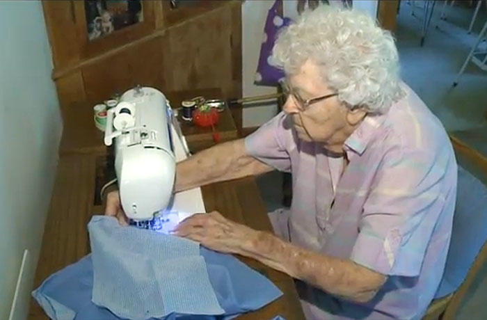 diaforetiko.gr : dresses for needy children lillian weber 4 Μια σύγχρονη καλή Σαμαρείτισσα ετών 99: Η ηλικιωμένη που ράβει φουστάνια για φτωχά παιδιά…