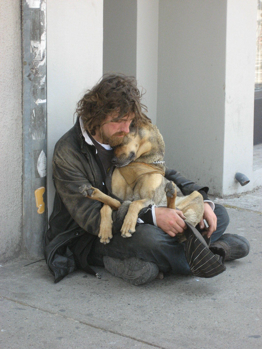 diaforetiko.gr : homeless dogs and owners 13 Φωτογραφίες που αποδεικνύουν πως τα σκυλιά σε αγαπούν όσο φτωχός κι αν είσαι