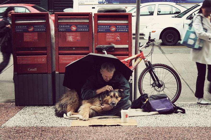diaforetiko.gr : homeless dogs and owners 27 Φωτογραφίες που αποδεικνύουν πως τα σκυλιά σε αγαπούν όσο φτωχός κι αν είσαι