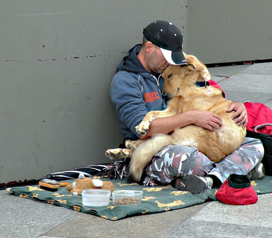 diaforetiko.gr : homeless dogs and owners 3 Φωτογραφίες που αποδεικνύουν πως τα σκυλιά σε αγαπούν όσο φτωχός κι αν είσαι