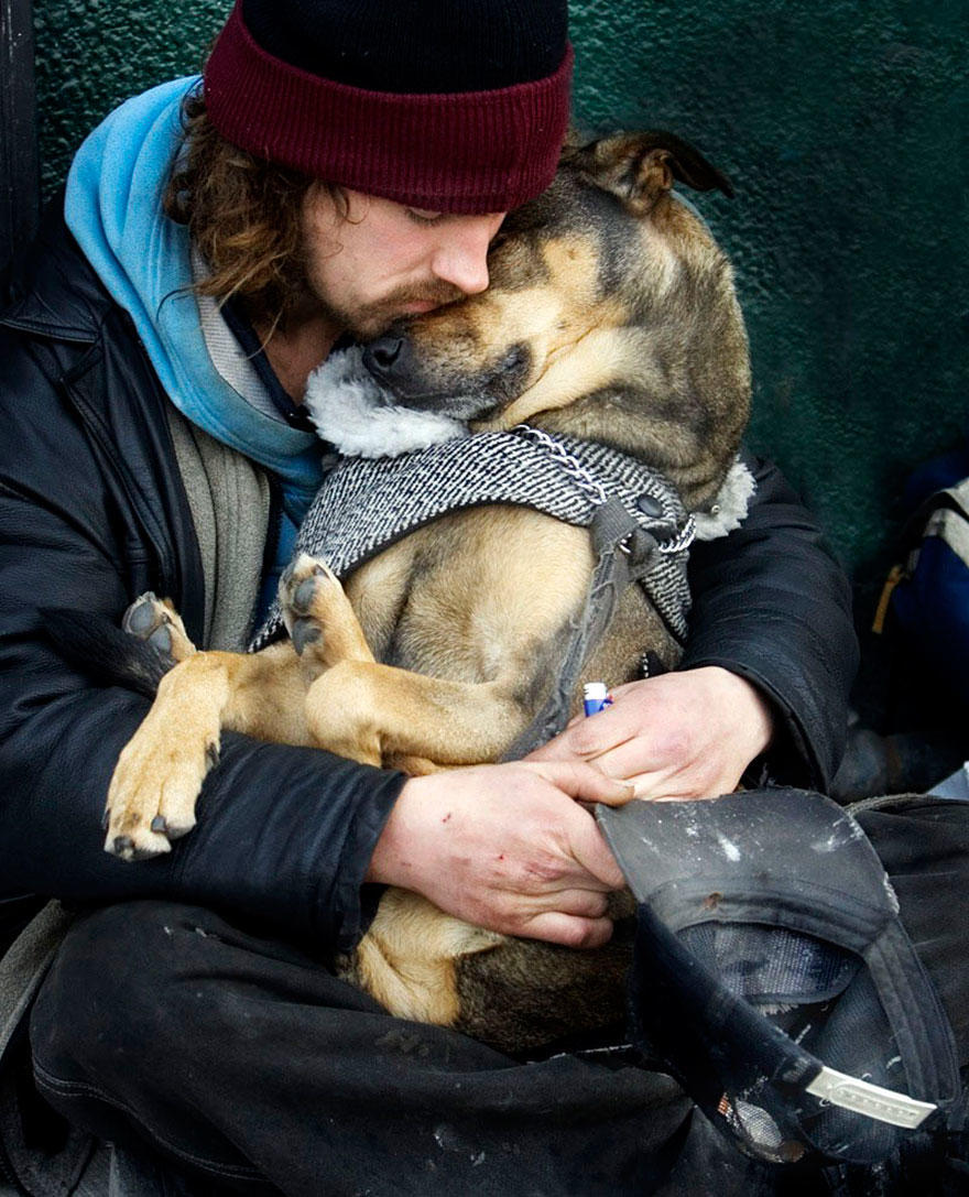 diaforetiko.gr : homeless dogs and owners 4 Φωτογραφίες που αποδεικνύουν πως τα σκυλιά σε αγαπούν όσο φτωχός κι αν είσαι