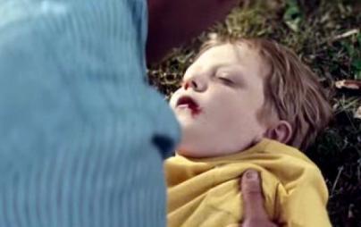 Το-συγκλονιστικό-βίντεο-του-πατέρα-που-είναι-ανήμπορος-να-βοηθήσει-τον-αιμόφυρτο-γιο-του