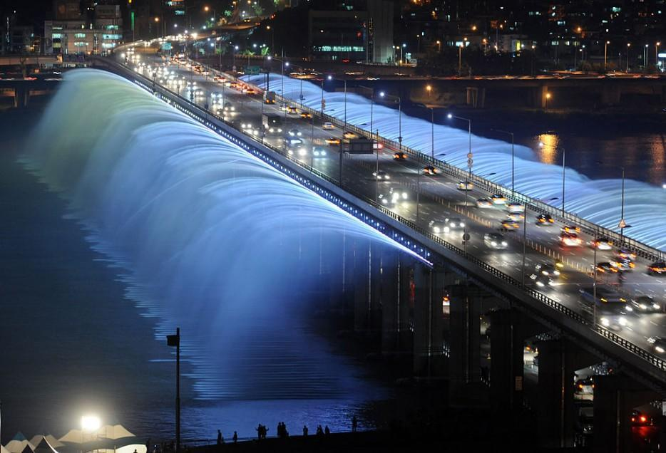 diaforetiko.gr : 1024px Rainbow fountain Seoul 934x 35 εκπληκτικές γέφυρες που αποτελούν τον ορισμό του αρχιτεκτονικού αριστουργήματος!  Θαύματα σύγχρονης αρχιτεκτονικής που θα σας μαγέψουν…