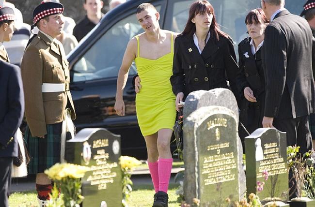 Αυτός ο νεαρός παρευρέθηκε στην κηδεία του καλύτερου φίλου του με ένα κίτρινο φόρεμα. Περιμένετε όμως μέχρι να μάθετε το γιατί…