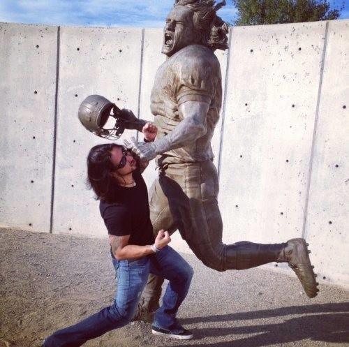 diaforetiko.gr : desktop 1410343813 Ανώριμοι άνθρωποι αλληλεπιδρούν με αγάλματα σε δημόσιους χώρους!