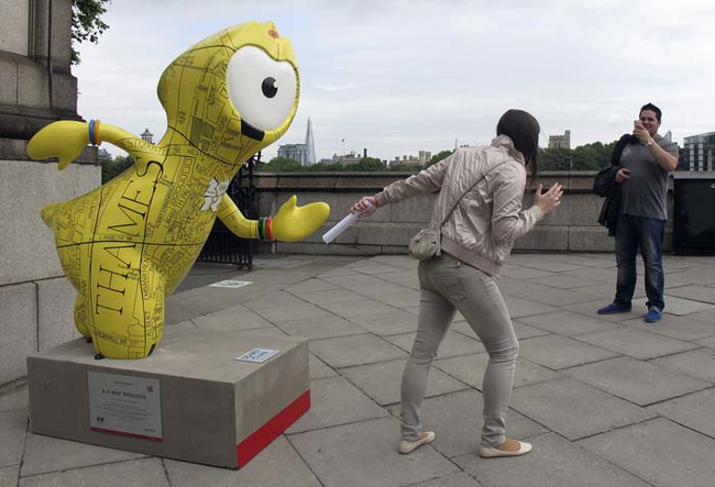 diaforetiko.gr : desktop 1410376938 Ανώριμοι άνθρωποι αλληλεπιδρούν με αγάλματα σε δημόσιους χώρους!