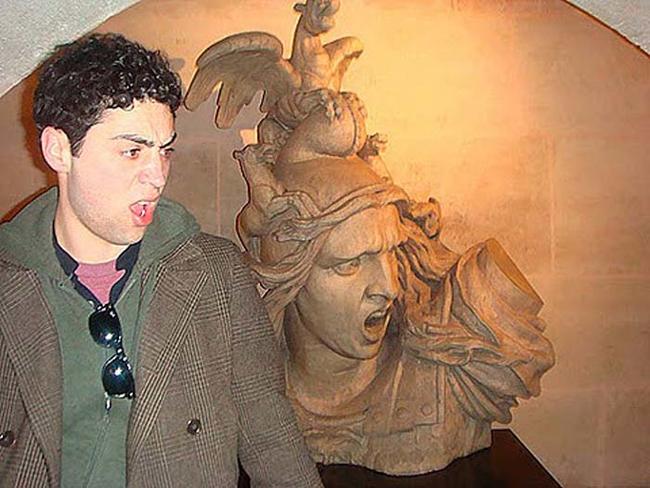 diaforetiko.gr : desktop 14103769411 Ανώριμοι άνθρωποι αλληλεπιδρούν με αγάλματα σε δημόσιους χώρους!