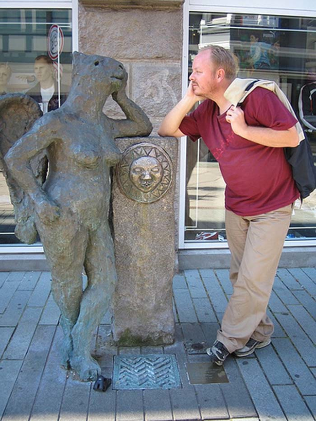 diaforetiko.gr : desktop 1410376942 Ανώριμοι άνθρωποι αλληλεπιδρούν με αγάλματα σε δημόσιους χώρους!