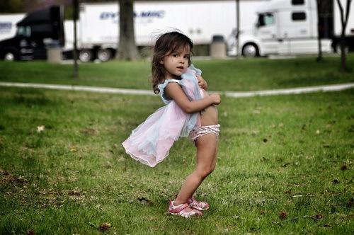 diaforetiko.gr : o FTON 900 Οι φωτογραφίες της 2χρονης κόρης προκάλεσαν αντιδράσεις. Δείτε γιατί κρίθηκαν ακατάλληλες..