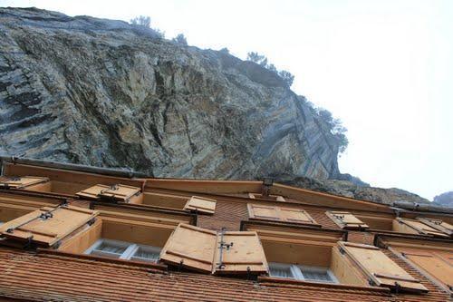 diaforetiko.gr : vraxoshotel10 Έχτισαν ένα ξύλινο σαλέ στο χείλος του γκρεμού! Δείτε την φανταστική θέα...