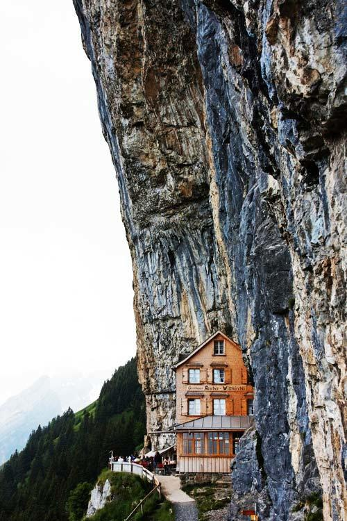 diaforetiko.gr : vraxoshotel7 Έχτισαν ένα ξύλινο σαλέ στο χείλος του γκρεμού! Δείτε την φανταστική θέα...