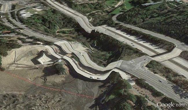 tilestwra.gr : desktop 1412354777 Αν οι δρόμοι έμοιαζαν έστω και λίγο με τις φωτογραφίες τους στο Google Earth, θα το σκεφτόσασταν πολύ να οδηγήσετε ξανά !!!