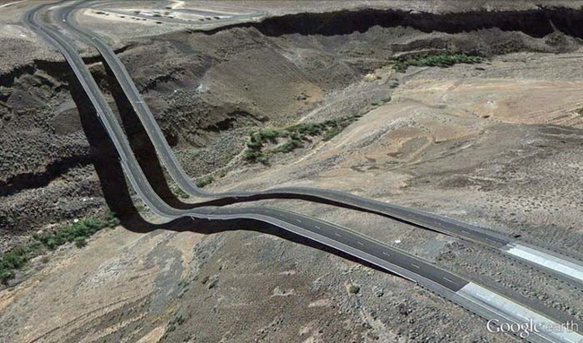 tilestwra.gr : desktop 1412354781 Αν οι δρόμοι έμοιαζαν έστω και λίγο με τις φωτογραφίες τους στο Google Earth, θα το σκεφτόσασταν πολύ να οδηγήσετε ξανά !!!