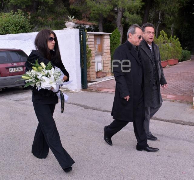 kideia2 Ράκος η Βέφα Αλεξιάδου στην κηδεία της Αλεξίας