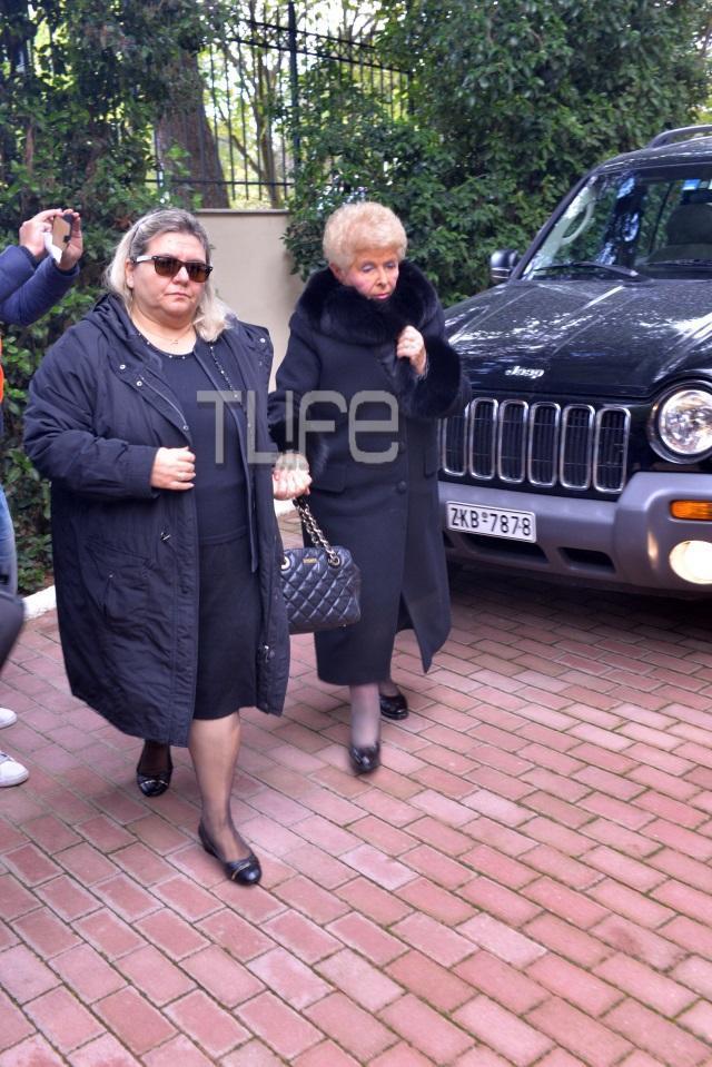 vefaaleksiadou Ράκος η Βέφα Αλεξιάδου στην κηδεία της Αλεξίας