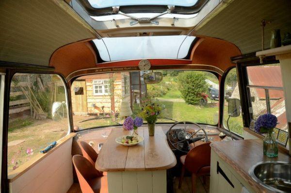 diaforetiko.gr : majestic bus small home1 Βλέπετε ένα παλιό λεωφορείο;;; Θα μείνετε άφωνοι αν δείτε τι κρύβεται στο εσωτερικό του!