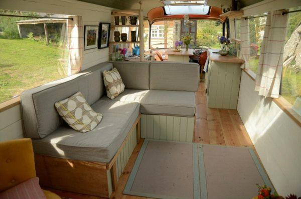 diaforetiko.gr : majestic bus small home4 Βλέπετε ένα παλιό λεωφορείο;;; Θα μείνετε άφωνοι αν δείτε τι κρύβεται στο εσωτερικό του!
