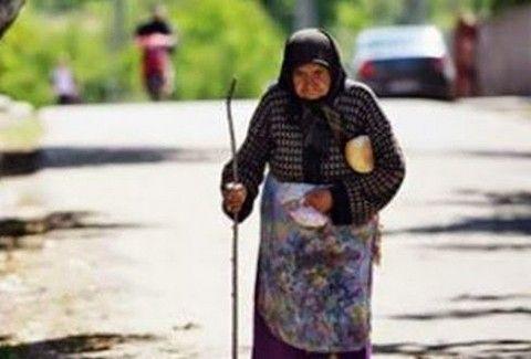 c634b5f92950f0e791d3a07361b55893 Μια γιαγιά μπήκε ξυπόλητη σε ένα λεωφορείο και βρήκε βοήθεια από κάποιον που κανείς δεν περίμενε...