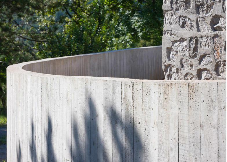 diaforetiko.gr : Compact Karst House cement fence Εκπληκτικό! Εξοχικό σπίτι συνδυάζει άψογα την παραδοσιακή με τη μοντέρνα αρχιτεκτονική!!