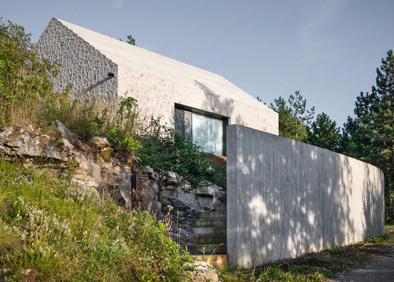 diaforetiko.gr : Compact Karst House cement fence1 Εκπληκτικό! Εξοχικό σπίτι συνδυάζει άψογα την παραδοσιακή με τη μοντέρνα αρχιτεκτονική!!