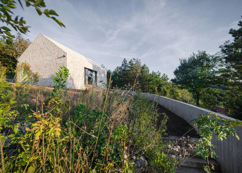 diaforetiko.gr : Compact Karst House cement fence2 Εκπληκτικό! Εξοχικό σπίτι συνδυάζει άψογα την παραδοσιακή με τη μοντέρνα αρχιτεκτονική!!