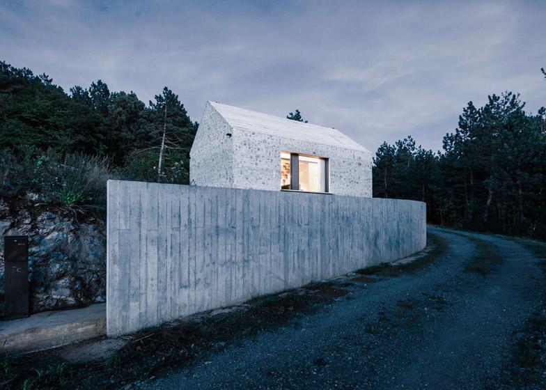 diaforetiko.gr : Compact Karst House cement fence3 Εκπληκτικό! Εξοχικό σπίτι συνδυάζει άψογα την παραδοσιακή με τη μοντέρνα αρχιτεκτονική!!