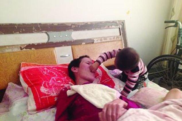 diaforetiko.gr : article 2429900 1832487800000578 456 634x421 2χρονος έσωσε τη μητέρα του που είχε πέσει σε κώμα! Την τάιζε στόμα με στόμα για μήνες!