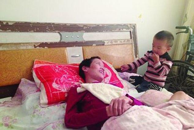 diaforetiko.gr : article 2429900 1832488100000578 554 634x425 2χρονος έσωσε τη μητέρα του που είχε πέσει σε κώμα! Την τάιζε στόμα με στόμα για μήνες!