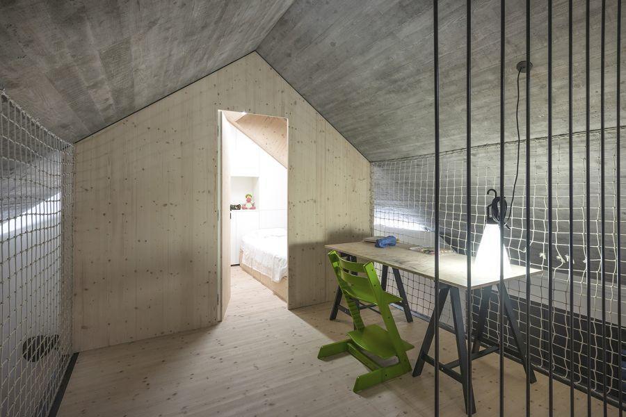 diaforetiko.gr : compact karst house dekleva gregori arhitekti upstrairs1 Εκπληκτικό! Εξοχικό σπίτι συνδυάζει άψογα την παραδοσιακή με τη μοντέρνα αρχιτεκτονική!!