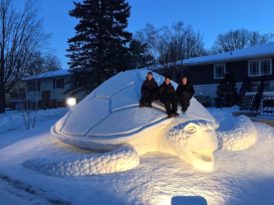diaforetiko.gr : giant snow sculptures bartz brothers 11 Κάθε χρόνο, αυτά τα 3 αδέρφια φτιάχνουν ένα γιγάντιο γλυπτό από χιόνι στην αυλή τους!
