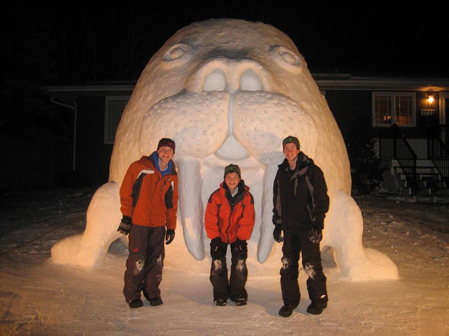 diaforetiko.gr : giant snow sculptures bartz brothers 2 Κάθε χρόνο, αυτά τα 3 αδέρφια φτιάχνουν ένα γιγάντιο γλυπτό από χιόνι στην αυλή τους!