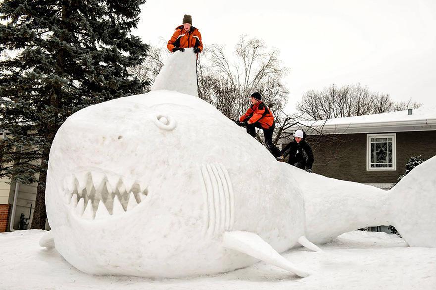 diaforetiko.gr : giant snow sculptures bartz brothers 3 Κάθε χρόνο, αυτά τα 3 αδέρφια φτιάχνουν ένα γιγάντιο γλυπτό από χιόνι στην αυλή τους!