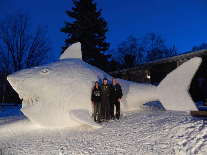 diaforetiko.gr : giant snow sculptures bartz brothers 5 Κάθε χρόνο, αυτά τα 3 αδέρφια φτιάχνουν ένα γιγάντιο γλυπτό από χιόνι στην αυλή τους!