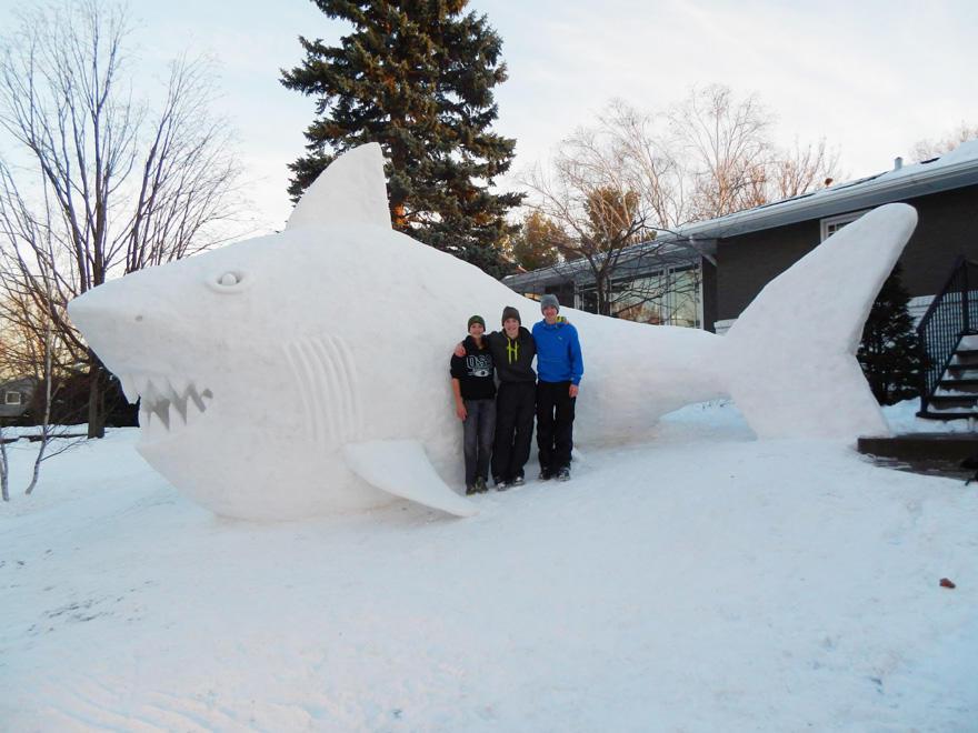 diaforetiko.gr : giant snow sculptures bartz brothers 6 Κάθε χρόνο, αυτά τα 3 αδέρφια φτιάχνουν ένα γιγάντιο γλυπτό από χιόνι στην αυλή τους!
