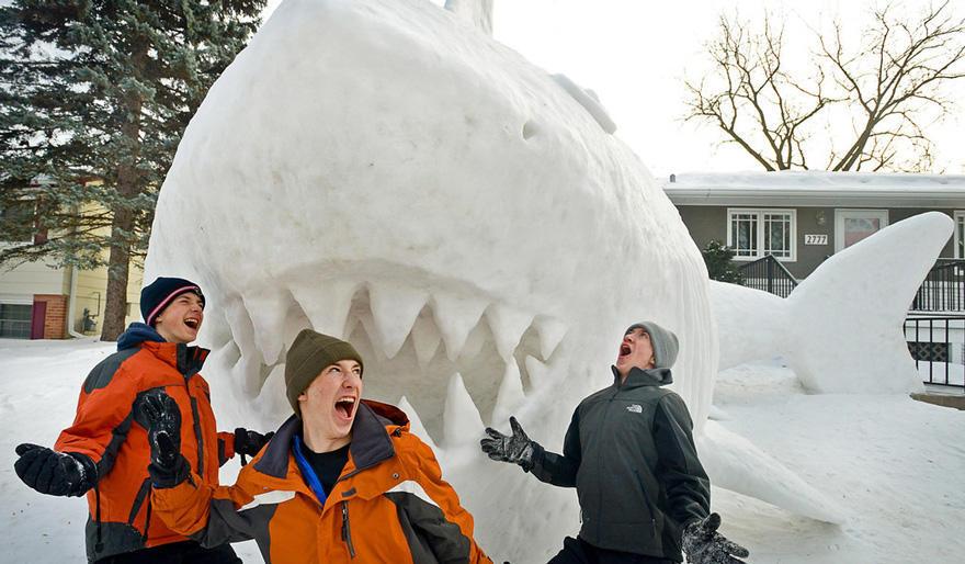 diaforetiko.gr : giant snow sculptures bartz brothers 7 Κάθε χρόνο, αυτά τα 3 αδέρφια φτιάχνουν ένα γιγάντιο γλυπτό από χιόνι στην αυλή τους!