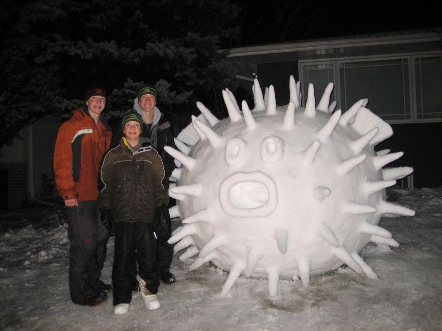 diaforetiko.gr : giant snow sculptures bartz brothers 8 Κάθε χρόνο, αυτά τα 3 αδέρφια φτιάχνουν ένα γιγάντιο γλυπτό από χιόνι στην αυλή τους!