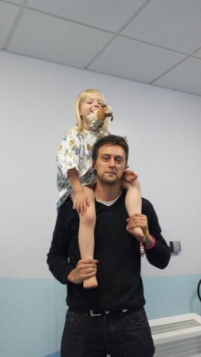 tom attwater 2 Συγκλονιστική ιστορία: Πεθαίνει από καρκίνο αλλά δεν τον ενδιαφέρει. Περνά τις μέρες του προσπαθώντας να σώσει τη ζωή της κόρης του