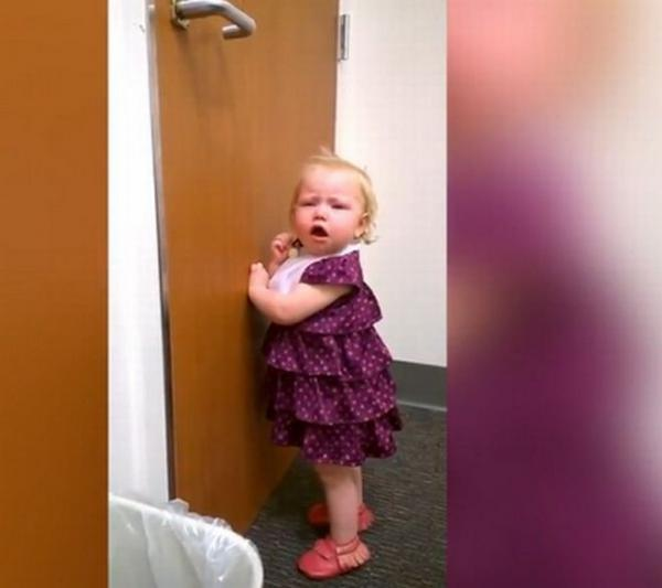 2χρονο κοριτσάκι μαθαίνει πως απέκτησε αδερφή και «καταρρέει»! Δείτε αντίδραση